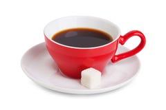 Rode kop van koffie en een plak van witte suiker stock fotografie