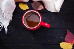 Rode kop van koffie op donkere houten lijst Stock Foto