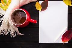 Rode kop van koffie op donkere houten lijst Royalty-vrije Stock Fotografie