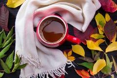 Rode kop van koffie op donkere houten lijst Stock Fotografie