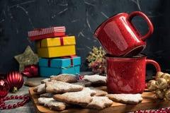 Rode koppen en peperkoekkoekjes Stock Afbeelding
