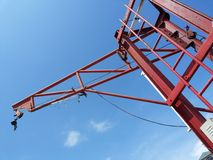 Rode Kraan in blauwe hemel Royalty-vrije Stock Foto's