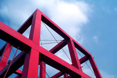 Rode kubus tegen blauwe hemel Royalty-vrije Stock Foto's