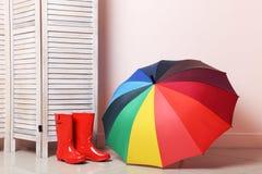 Rode laarzen met paraplu stock foto's