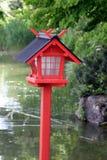 Rode lamp in het Aziatische park Stock Foto