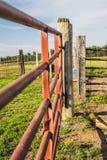 Rode Landbouwbedrijfpoort en Houten Post Stock Afbeeldingen