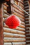 Rode lantaarn buiten een cabine Royalty-vrije Stock Foto