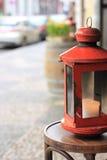 Rode lantaarn op een stoel Stock Foto