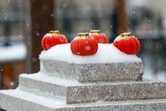 Rode lantaarns in de sneeuw royalty-vrije stock foto