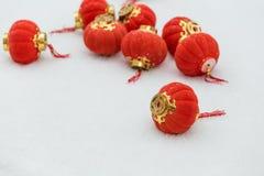 Rode lantaarns in de sneeuw royalty-vrije stock fotografie