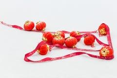Rode lantaarns in de sneeuw royalty-vrije stock foto's