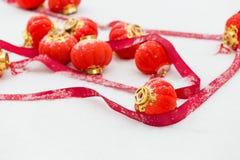 Rode lantaarns in de sneeuw stock afbeeldingen