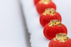 Rode lantaarns in de sneeuw stock fotografie