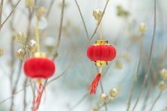 Rode lantaarns in de sneeuw stock afbeelding