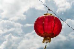 Rode lantaarns die Decoratie hangen Stock Afbeeldingen