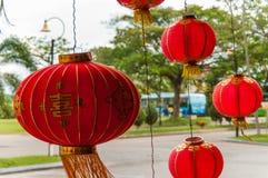 Rode lantaarns die Decoratie hangen Stock Foto's