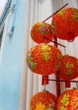 Rode Lantaarns die op een Pool hangen stock afbeelding