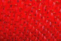 Rode lantaarns die op het plafond overhandigen. Stock Afbeelding
