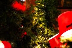 Rode lantaarns op een tak van een Kerstboom op een rode bakstenen muurachtergrond Stock Afbeelding