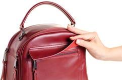 Rode leer vrouwelijke zak ter beschikking royalty-vrije stock foto