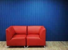 Rode leerbank op een achtergrond van blauwe muren Textuur voor het ontwerp Stock Foto's