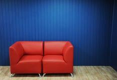Rode leerbank op een achtergrond van blauwe muren Textuur voor het ontwerp Stock Afbeeldingen