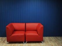 Rode leerbank op een achtergrond van blauwe muren Textuur voor het ontwerp Royalty-vrije Stock Foto