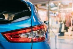 Rode LEIDENE Achterlichten van het Blauwe Winkelcentrum van de Autonissan qashqai in hall of van SUV van de kleuren compacte over Stock Foto