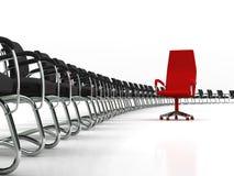 Rode leidersstoel met grote groep zwarte stoelen Stock Foto