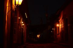 Rode lichten op een donkere straat Trinidad bij nacht cuba stock afbeeldingen