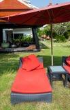 Rode ligstoelen met rode paraplu Royalty-vrije Stock Foto