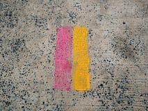 Rode lijn en gele lijn op de weg stock afbeelding