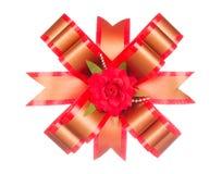 Rode lintboog met rode die bloem op wit wordt geïsoleerd Stock Afbeeldingen