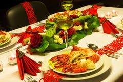 Rode linten op feestelijke lijst Stock Fotografie