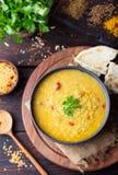 Rode linze Indische soep met vlak brood Masoor Dal royalty-vrije stock afbeelding