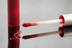 Rode lipgloss royalty-vrije stock afbeeldingen