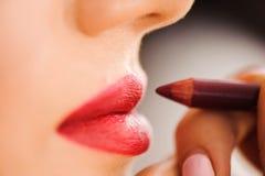 Rode lippenstift Close-up van Vrouwengezicht met Helder Rood Matte Lipstick On Full Lips Schoonheidsschoonheidsmiddelen, Make-upc stock fotografie