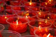 Rode lotusbloem gevormde kaarsen bij Chinese boeddhistische tempel Stock Foto