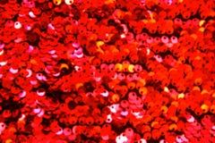 Rode lovertjes textiel dichte omhooggaand als achtergrond Ronde lovertjestextuur stock foto's