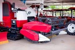 Rode Maaimachinemachine om padieveld te oogsten stock afbeeldingen