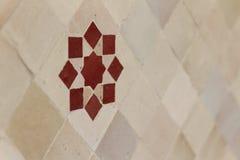 Rode Marokkaanse zellige op witte tegels Stock Fotografie