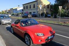 Rode Mazda-auto op de weg in Pisa, Italië Stock Fotografie