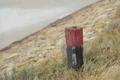 Rode meerpaal op een dijk Royalty-vrije Stock Foto