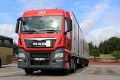 Rode MENS TGX 26 geparkeerde vrachtwagen 480 en volledige aanhangwagen Royalty-vrije Stock Foto