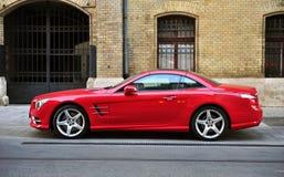 Rode Mercedes-Benz-sportwagen in de straat Stock Foto
