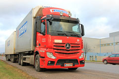Rode Mercedes-Benz Truck Trailer op de Weg Stock Foto