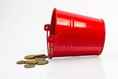 Rode metaalemmer met muntstukken Royalty-vrije Stock Foto's