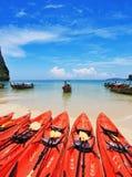 Rode moderne kano's en boten Longtail op een strand Stock Afbeeldingen