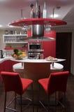 Rode moderne keuken Stock Afbeeldingen