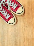 Rode moderne tennisschoenen stock fotografie